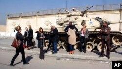 Phóng viên chờ đợi bên ngoài tòa án ở Ai Cập, nơi các ký giả hãng tin Al-Jazeera bị xét xử.