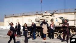 Para wartawan menunggu di luar pengadilan yang berdekatan dengan penjara Tora, tempat 20 wartawan termasuk dari kantor berita Al Jazeera, diadili atas kasus pemberitaan yang dinilai tidak benar, terkait kelompok Ikhwanul Muslimin yang dianggap pemerintah Mesir sebagai kelompok teroris di Kairo, Mesir (20/2).