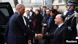 Bộ trưởng Nội vụ Pháp Bernard Cazeneuve chào đón Bộ trưởng Tư pháp Hoa Kỳ Eric Holder tại Paris, ngày 11/1/2015.