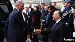 Jaksa Agung AS, Eric Holder (kiri) disambut oleh Mendagri Perancis, Bernard Cazeneuve di Paris (11/1). Holder mengumumkan bahwa AS akan menyelenggarakan KTT anti-teror pada 18 Februari mendatang.