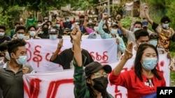匿名消息來源通過臉書拍取的照片顯示緬甸曼德勒2021年6月11日發生的一次反政變抗議遊行。(法新社照片/匿名來源)