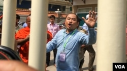 Political analyst Kim Sok appeared at the court February 17, 2017. He was charged and sent to a pre-trial detention following hours of questioning by Cambodian prosecutors. (Hean Socheata/VOA Khmer)