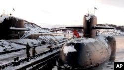 Fotografía de archivo de los submarinos nucleares rusos retirados de servicio en la base ártica de Severomorsk, en la península de Kola, Rusia.