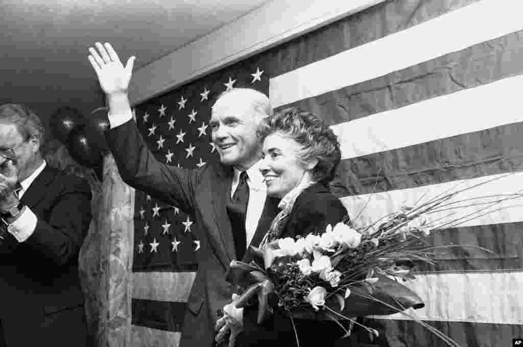 El senador John Glenn junto a su esposa Anne asistieron a un evento de recaudación de fondos en Houston, en 1982. El senador exploraba la posibilidad de postular para la nominación demócrata a la presidencia de EE.UU.
