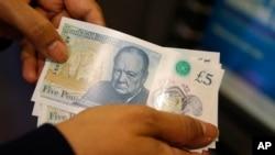 اسکناس های ۵ پوندی جدید بریتانیا که تصویر وینستون چرچیل بر روی آن چاپ شده است