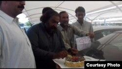 99 سالہ پرانے مقدمے کے سائلین عدالت کے احاطے میں احتجاجاً کیک کاٹ رہے ہیں