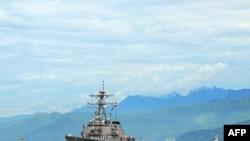 Tàu khu trục USS John S. McCain gần cảng Đà Nẵng hôm 10/8/2010, tới thăm Việt Nam lần đầu tiên đánh dấu 15 năm bình thường hóa quan hệ hai nước