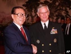 1997年12月12日美军太平洋司令部司令普理赫在北京和中国主席江泽民握手