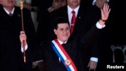 El presidente Horacio Cartes saluda durante la ceremonia de juramentación.