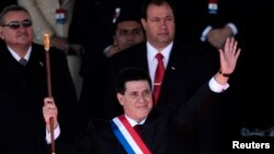 Presiden Paraguay Horacio Cartes melambaikan tangannya dalam acara pengambilan sumpah jabatan di Asuncion (15/8).