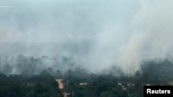 Khói bốc lên từ các đám cây bị cháy trong tỉnh Riau của Indonesia