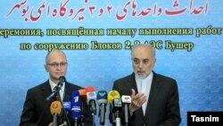علی اکبر صالحی رئیس سازمان انرژی اتمی ایران در کنار سرگئی کرینکو، رئیس روس اتم