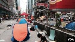 香港中文大學學生連同學坐在旺角佔領區溫習 (美國之音 湯惠芸拍攝)