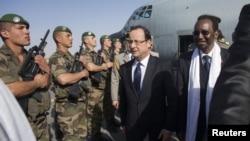 Франсуа Олланд в аэропорту Тимбукту, Мали. 2 февраля 2013 года