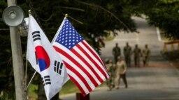 Bendera Korea Selatan dan Amerika berkibar bersebelahan di Yongin, Korea Selatan, 23 Agustus 2016. (Foto: Reuters)