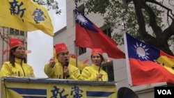 台湾新党青年委员会主席王炳忠在宣传车上讲话