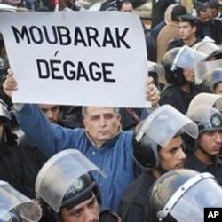 Des manifestants egyptiens demandant au président Moubarak de dégager