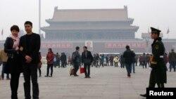 Polisi dan paramiliter China melakukan penjagaan ketat Lapangan Tiananmen di Beijing, China pasca serangan mobil di sana (foto: dok).