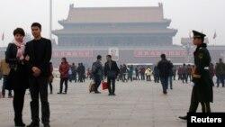 중국 베이징에서 톈안먼 광장 차량 테러 이후 경계가 강화된 가운데, 1일 군인들이 광장 주변을 순찰하고 있다.