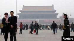 Polisi paramiliter China melakukan penjagaan ketat di Lapangan Tiananmen, Beijing (1/11) menyusul serangan mobil pekan sebelumnya.