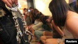 지난해 12월 중국 저장성에서 공안에 단속된 매춘부들. (자료사진)