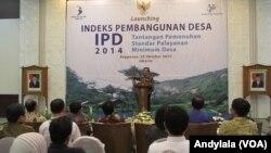 Menteri PPN/Kepala Bappenas Sofyan Djalil menjelaskan soal pembangunan desa di kantor kementerian PPN/Bappenas Jakarta, 20 Oktober 2014 (Foto: VOA/Andylala)