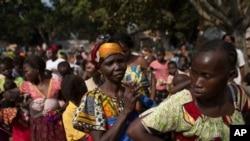 Une file d'attente à Bangui, en Centrafrique, pour se faire vacciner contre la rougeole (AP)