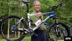 Bush, quien cumplió 68 años hace una semana, es un entusiasta del ciclismo de montaña y del golf.