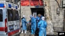 Фото: Медперсонал у китайському місті Ухань супроводжує пацієнта з підозрою на новий вірус, 30 січня 2020 року