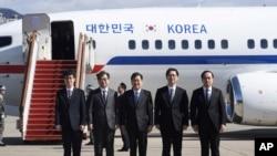 Giám đốc An ninh Quốc gia Hàn Quốc Chung Eui-yong, ở giữa, và Giám đốc Cơ quan Tình báo Quốc gia Suh Hoon, thứ hai bên trái, left, cùng các đại diện khác trong đoàn Hàn Quốc chụp ảnh tại phi trường quân sự ở Seongnam, miền Nam Seoul ngày 5/3/2018, trước khi đáp máy bay đi Bình Nhưỡng gặp lãnh tụ Kim Jong Un. (Jung Yeon-je/Pool Photo via AP)