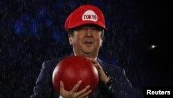 21일 빗속에 진행된 리우 올림픽 폐막식에 차기 올림픽 개최국 지도자 자격으로 참석한 아베 신조 일본 총리. 인기 게임 캐릭터인 수퍼 마리오 복장으로 무대에 올라 눈길을 끌었다.