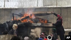 مظاهره کنندگان خشمگین در عقب میدان هوایی بگرام