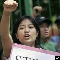 一名缅甸女子参加在新德里举行的反对缅甸军政府的抗议(2007年)
