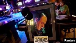 """Rinden homenaje al actor en el bar donde grabaron escenas de la seri televisiva """"Los Soprano"""" en Lodi, Nueva Jersey."""