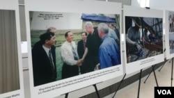 Một bức ảnh trưng bày tại Viện Hòa bình Mỹ hôm 26/3 cho thấy cựu Tổng thống Bill Clinton tới thăm hiện trường MIA (tìm kiếm người Mỹ mất tích) năm 2000.