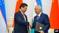 習近平今年9月訪問烏茲別克斯坦時和東道國總統卡里莫夫握手。