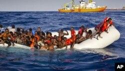 Migran Afrika menggunakan perahu karet di Laut Tengah dekat Pulau Lampedusa, Italia, 17 April lalu (foto: dok).