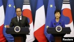 法國總統奧朗德星期三對南韓訪問﹐與南韓總統朴槿惠記者會上。