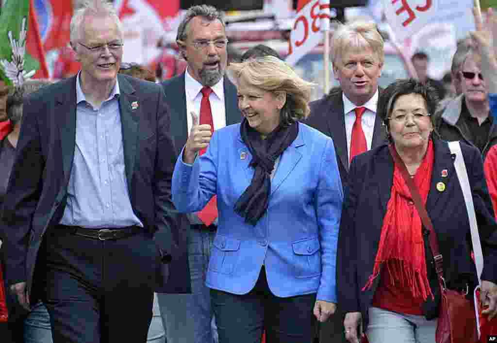 Thống đốc và ứng cử viên hàng đầu của Đảng Dân chủ Xã hội (SPD) Đức trong cuộc bầu cử tiểu bang tại North-Rhine Westphalia, bà Hannelore Kraft, ở giữ, đưa ngón tay cái lên tỏ dấu chiến thắng trong một cuộc diễn hành của công đoàn tại Dortmund, Đức, ngày 1