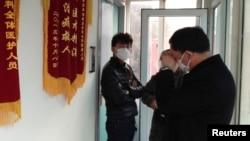 3月1日曹顺利的朋友在北京一家医院救护室外焦急地等待