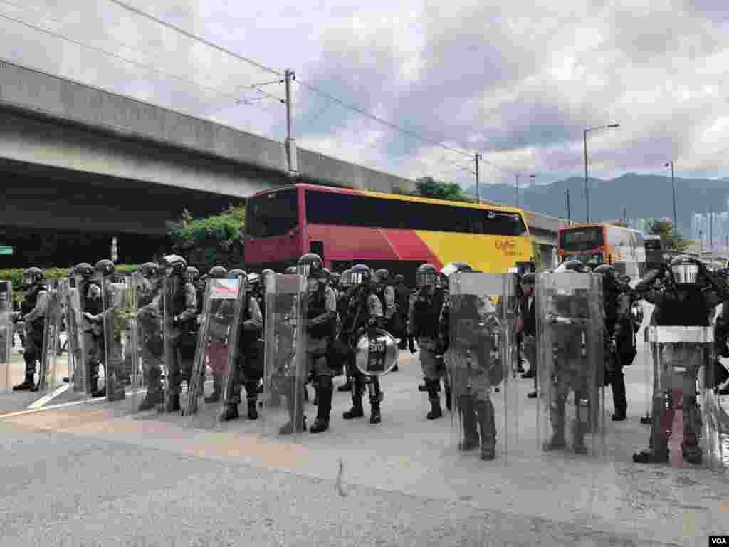 مظاہرین نے کچھ روز قبل بھی ایئر پورٹ پر فلائٹ سروس معطل کر دی تھی۔