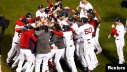 Igrači Boston Redsoksa proslavljaju pobedu