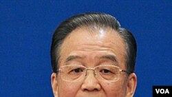 Perdana Menteri Tiongkok Wen Jiabao menjawab pertanyaan pada jumpa pers setelah penutupan Kongres Rakyat Nasional, Senin (14/3).