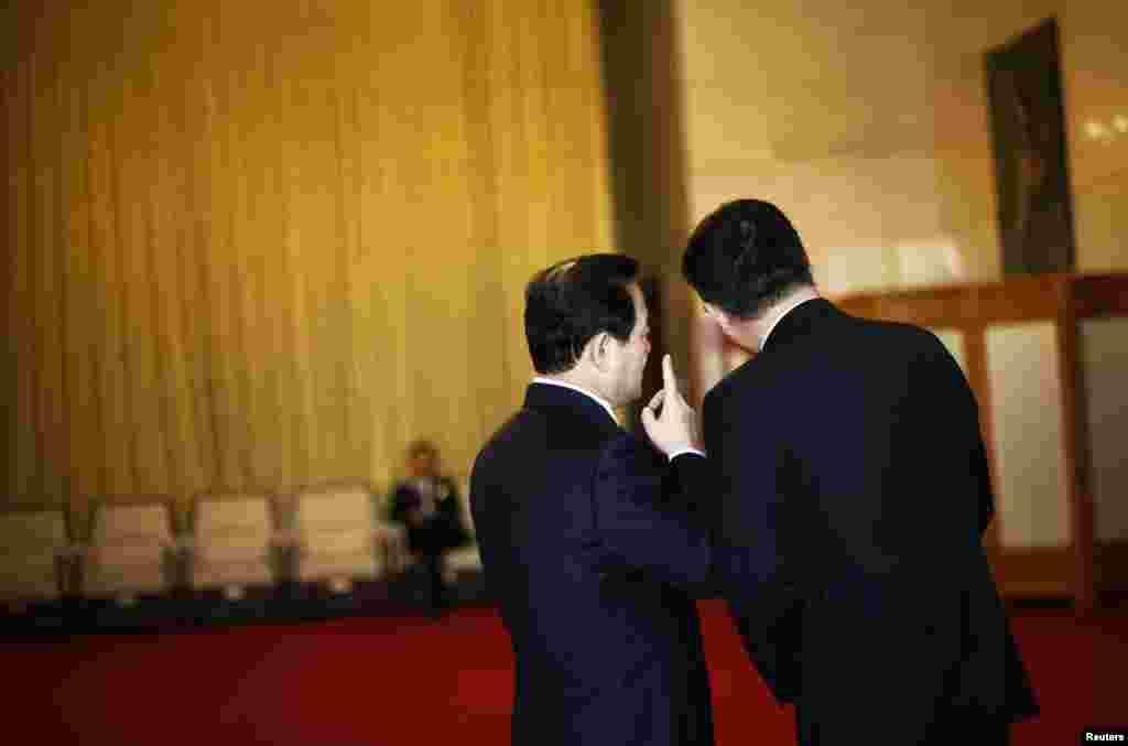 8일 중국 공산당 전국대표대회 개막에 앞서 인민대회당 밖 회의실에서 이야기를 나누는 대표들.