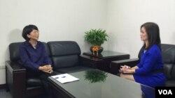 國民黨副總統候選人王如玄(左)接受美國之音衛視記者、主持人鄭裕文獨家採訪。