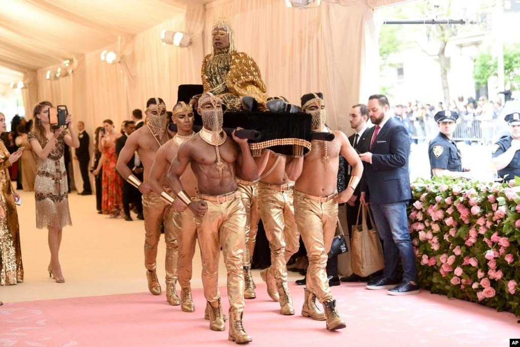 Билли Портер несется по красной ковровой дорожке, как он прибывает в Metropolitan Museum of Art ' s Costume Institute benefit gala в Нью-Йорке, 6 мая 2019.