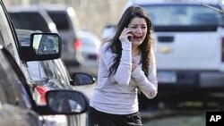 총기난사 사건이 발생한 코네티컷주 뉴타운의 샌디훅 초등학교에서 교사인 자매의 소식을 기다리는 여성