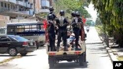La police lors d'une opération à Zanzibar, Tanzanie, 28 octobre 2015