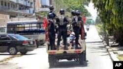 Des policiers emmènent un homme arrêté, à l'arrière d'un pick-up à Zanzibar, Tanzanie, 26 octobre 2015.