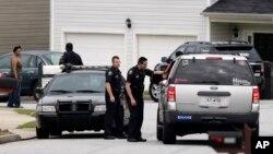 Lo policía monta guardia frente a la casa de la familia Pérez en Atlanta.